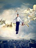 Superman volando sobre la ciudad