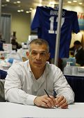New York Yankees General Manager Joe Girardi durante la sesión de autógrafos en Nueva York