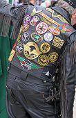 Un motociclista de cuero revestido en un motocicleta meet-up
