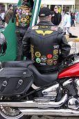 Moto y un motorista de cuero revestido