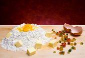 Farinha, ovos, manteiga e frutas cristalizadas