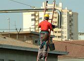 Hochspannung Elektriker arbeiten die Hochspannungs-Kabel