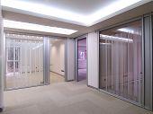 corredor com vista a escritórios vazios