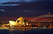 Sydney Opera House und Harbour Bridge in der Nacht...