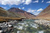 Limpiar el río de hielo en las montañas del Himalaya