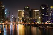 Dubai Marina por la noche, Emiratos Árabes Unidos