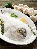 Goldbrassen unter Salz gebacken