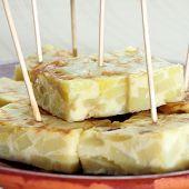 primer plano de una placa con una típica tortilla española de patatas servidos como tapas