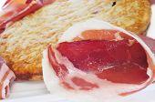 Closeup de jamón de tortilla española de patatas y serrano