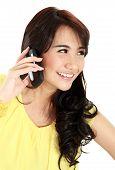 Belleza adolescente chica llamando por teléfono