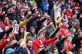 Moscú - 9 de septiembre: Aficionados en el partido de fútbol Spartak Moscú - dinamo de Kiev en el estadio del Lokomotiv, en S