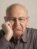 Hombre Senior aburrido