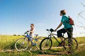 dois ciclistas relaxar bike no verão