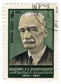 URSS - por volta de 1976: An URSS usado selo postal mostrando o retrato do acadêmico Javakhishvili, cerca de 1