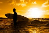 Silhueta de um surfista ao pôr do sol
