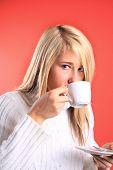 Junge Frau mit einer Tasse
