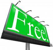 La palabra libre sobre un fondo verde en un anuncio de signo de la cartelera al aire libre para atraer a clientes