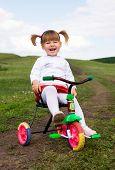 zwei Jahres altes Mädchen lachend