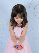 süße kleine Mädchen bewundern Herzen Formen in ihren Händen
