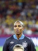 Ashley Young de Inglaterra canta el himno nacional