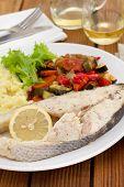 Peixe cozido com legumes, salada e purê de batata