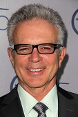 LOS ANGELES - JUL-24: Tony Denison kommt bei TNT 25th Anniversary Party im Beverly Hilton Ho