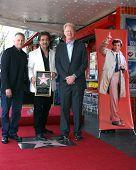 LOS ANGELES - 25 de julho: Paul Reiser, Joe Mantegna, Ed Begley, Jr. no pé de Peter Falk póstuma de