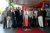 LOS ANGELES - 25 de julho: Paul Reiser, Joe Mantegna, amigos de Ed Begley, Jr., com o Peter Falk Posthumou