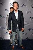 LOS ANGELES - JUL-24: Mark-Paul Gosselaar, kommt Breckin Meyer bei TNT 25th Anniversary Party im