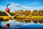 El Spoonbridge y cerezas en el jardín de esculturas de Minneapolis