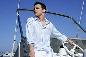 Постер, плакат: Красивый молодой человек на лодке летние каникулы