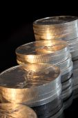 montones de monedas de plata puras