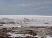Lookig fora mais de Erie de lago congelado