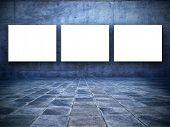 Постер, плакат: шероховатый Голубая комната с три Совета пустой белый экран