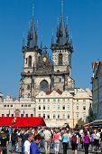 Praga - 11 de abril: Centenas de turistas visita a Old Town Square de Praga, República Checa, em abril