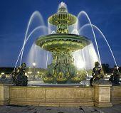 Frankreich, Paris: Brunnen am Place De La Concorde in der Nacht