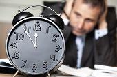 Verzweifelte senior Businessman Nähe Ruin - Uhr zeigt fünf Minuten vor zwölf.