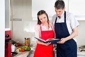 Senior Couple in eine Kitching Blick auf Kochbuch