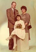 Foto vintage de primeira comunhão - menina com seus padrinhos (anos 80)