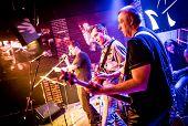 Band führt auf der Bühne, Rockmusik
