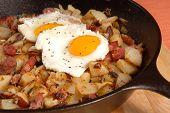 corned Beef Hash und Ei Frühstück