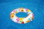 Постер, плакат: плавательный кольцо в воде