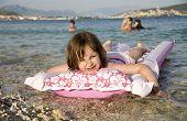 kleine Mädchen auf der Ari Bett Urlaub in Kroatien