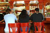 Personas en bar