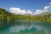 Nuvens, montanhas, céu e Lago colorido