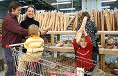 Familie im Brot Shop