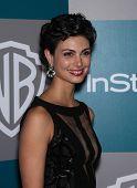 LOS ANGELES - 15 de ene: Morena Baccarin llegando a Golden Globes 2012 After Party: WB / estilo en