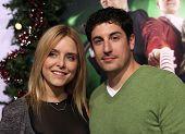 LOS ANGELES - NOV 02:  Jason Biggs & wife Jenny arriving to