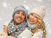 brilhantes imagens de família casal em uma roupa de Inverno