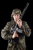 Alertó a soldado levantó M16 en estudio